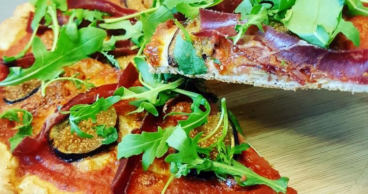 Pizza aux figues, mozzarella et viande de grisons