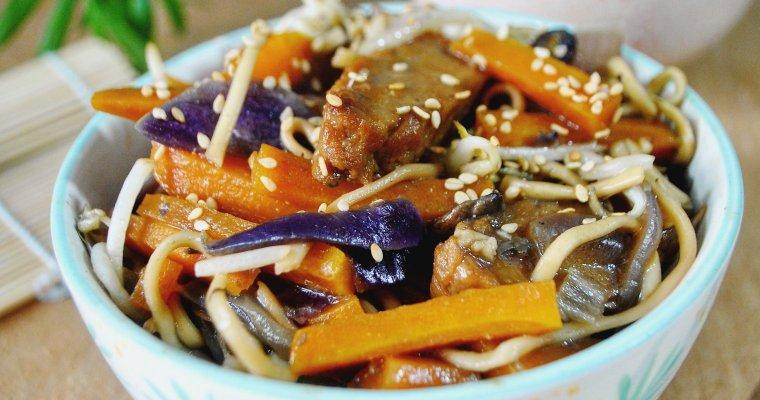 Wok au seitan, carotte, champignon, oignon rouge et pousses de Haricots Mungo