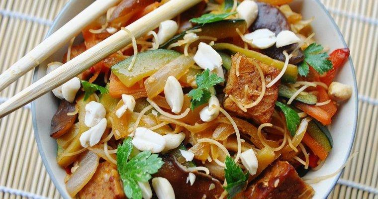 Tempeh laqué, nouilles de riz aux légumes et shiitakés