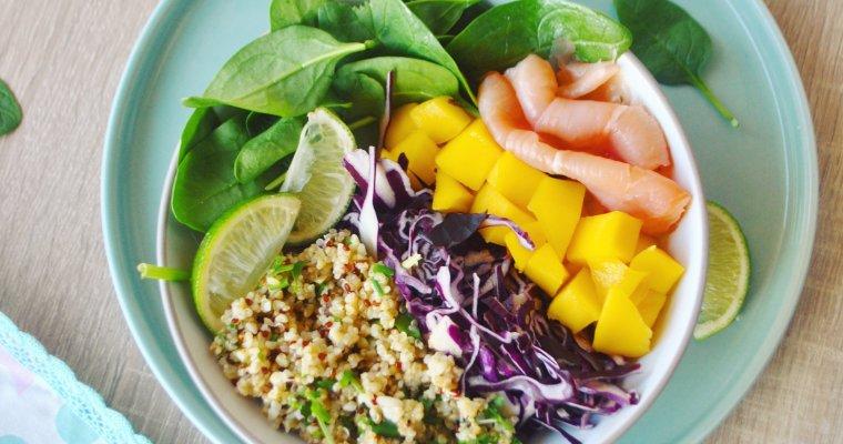 Salade de pousses d'épinards, boulgour, quinoa, saumon fumé et mangue