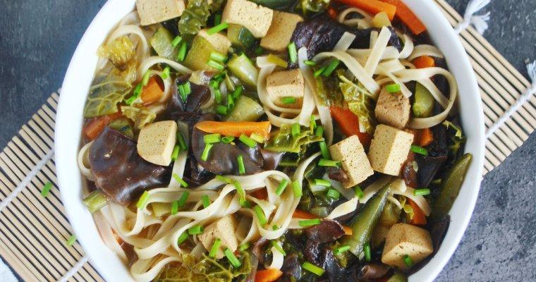 Soupe asiatique au tofu, nouilles de riz et légumes