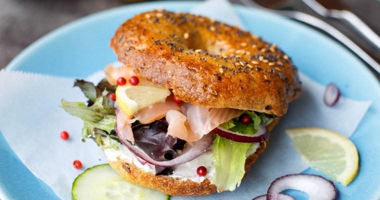 Bagel nordique au saumon, cream cheese et crudités