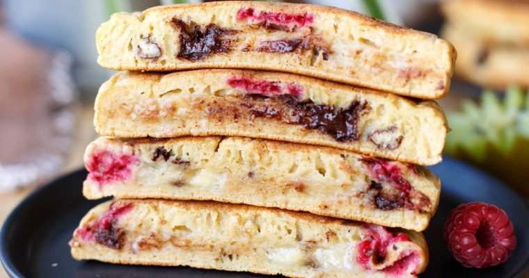 Pancakes fourrés à la banane, framboises, noix de pécan et chocolat
