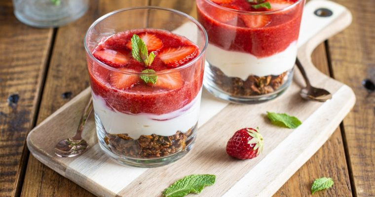 Verrines aux fraises et au granola façon cheesecake