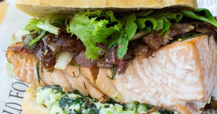 Sandwich ciabatta au saumon, confit d'échalotes et tzatziki