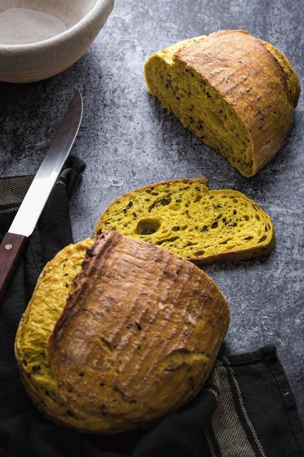 Sourdough kruh s kurkumom i crnim sezamom