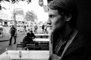 Leon in Denkerpose vor einem renomierten Restaurant