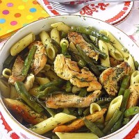 Salata calda cu fasole, paste si piept de pui