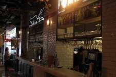 Con un bar para bebidas y gintonics