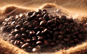 Grãos de café recém torrados.