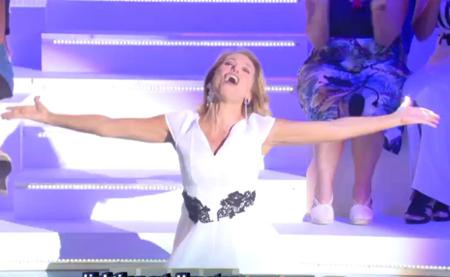 Barbara D'Urso cade dalle scale in diretta, è l'unica cosa degna di nota dell'ammiraglia Mediaset