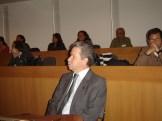El rector de la Ibero, David Fernández, escucha a los participantes en el taller.