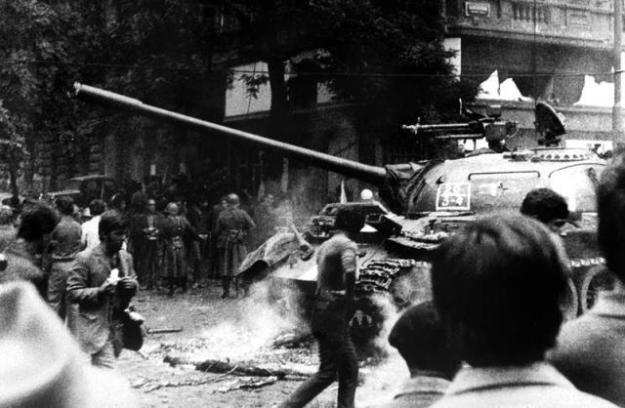 Manifestanți confruntându-se cu soldații sovietici la Praga