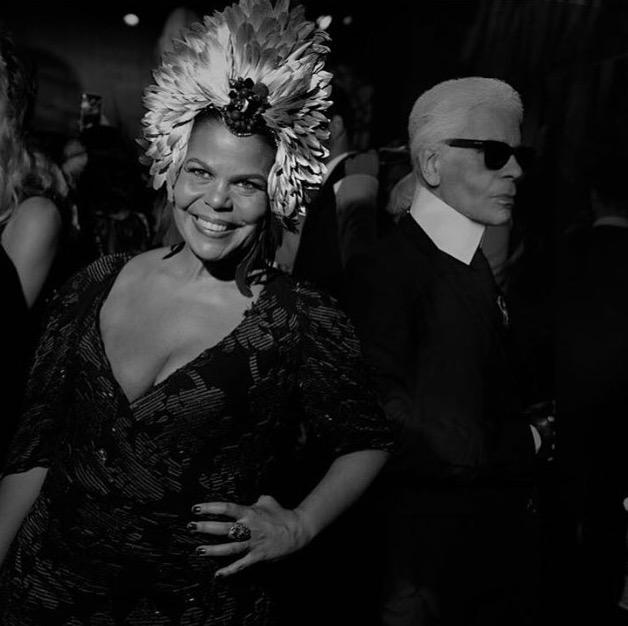 """A Diretora geral da Vogue Brasil, Daniela Falcão. Detalhe para a """"brincadeira"""" que fizeram com o querido Karl passando atrás dela. Foto: instagram.com/daniealfalcao1"""