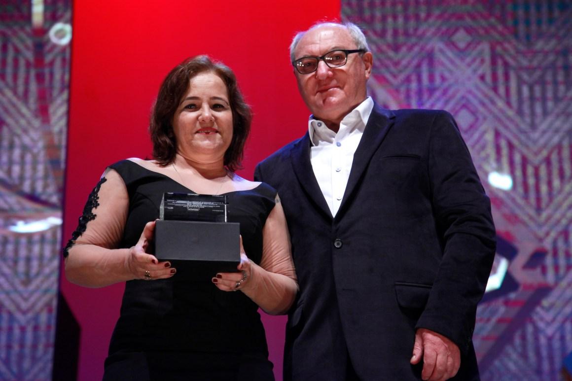 Sandra Bertini recebe a homeagem, entregue por João Pedro Till - Presidente da Gramadotur, pelos 20 anos de Cine PE. Foto: Edison Vara/Pressphoto