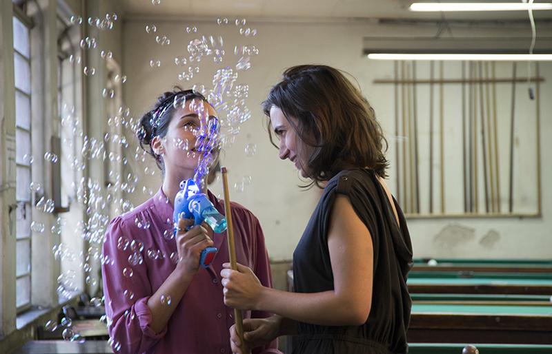 Elizabete Francisca e Francisca Manoel interpretam Teresa e Cristina em A Cidade Onde Envelheço. Foto: Bianca Aun/ Divulgação