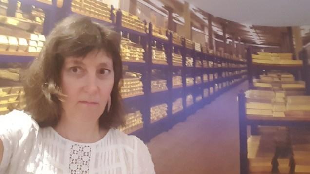 gold-bar-selfie