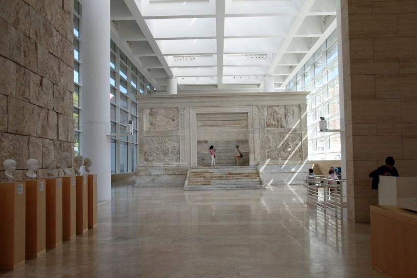 Alteret. På innsiden av Ara Pacis museet i Roma. Arkitekt Richard Meier. Foto: Siri Wolland