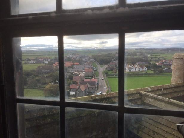 Utsikt fra Bamburgh castle og ned på landsbyen under. Foto: Karen Thommesen