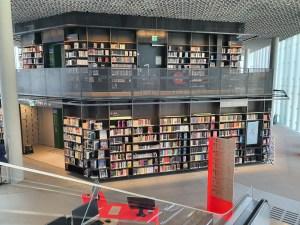 Ca 450.000 bøker i Deichman Bjørvika, av arkitektene Lund Hagem og Atelier Oslo, 2020. Foto Siri Wolland.