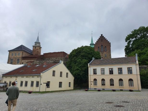 Michael von Sunds plass inne i festningsområdet. Hovedvakten fra 1720 til høyre i bildet og Akershus slott med Blåtårnet og Romerikstårnet i bakgrunnen. Foto Siri Wolland.
