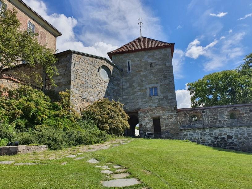 Jomfrutårnet og eneste inngang til borgen i middelalderen. Så smalt at ingen kunne komme inn usett. Foto Siri Wolland.