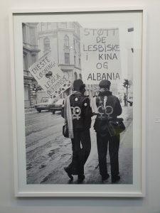 """Marianne Rovas Olsen, """"Støtt de lesbiske i Kina og Albania"""", 1977. Foto fra utstillingen Siri Wolland."""