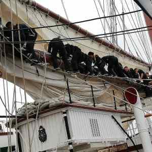 Marineros desplegando la arboladura del JS Elcano