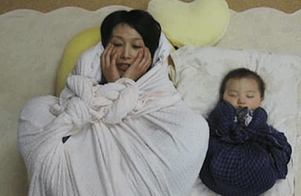 Ontona maki, maman et bébé emmaillotés