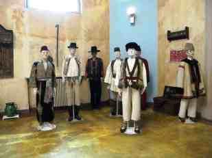 Bucuresti,_Romania,_Muzeul_Taranului_Roman_(interior_38)(costume_populare_barbatesti)(2)-_B-II-m-A-18985