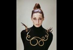© Evelyn Hofer - Collier réalisé par Calder, porté par l'actrice AnjelicaHuston