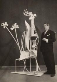 Picasso devant la sculpture La femme au jardin lorsde l'exposition du 16 juin au 30 juillet 1932 à la galerie Georges Petit. Anonyme, 1932. Photo © RMN-Grand Palais (musée Picasso de Paris) / MathieuRabeau © Succession Picasso - Gestion droits d'auteur Fichier RMN : 15-512798