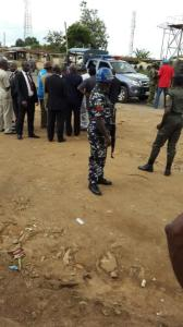 Governor Rotimi Amaechi talking to security operatives who  stopped him.