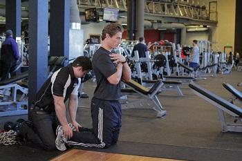 Упражнение можно выполнять как с помощью партнера, который будет держать вас за лодыжки либо в специальном упоре. Встаньте на колени, туловище держите вертикально. Партнер держит ваши ноги для их фиксации. Это ваша стартовая позиция. Вдохните и на выдохе начните подконтрольно и медленно наклоняться вперед, доведя свой корпус до положения параллели полу. Зафиксируйтесь в растянутой позиции и мощно (за счет бицепсов бедра) верните себя в исходное положение. Так как упражнение очень сложное, используйте руки чтобы слегка оттолкнуться от пола. Выполните необходимое количество повторений.