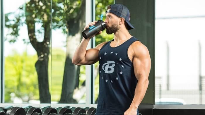 Мужчина пьёт протеиновый коктейль