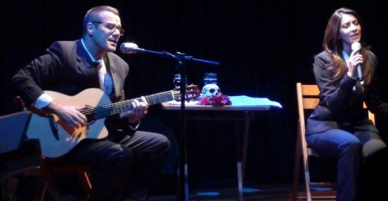 No palco, ao lado da companheira Cristiane Silve, no projeto Fossa Nova. Foto: divulgação
