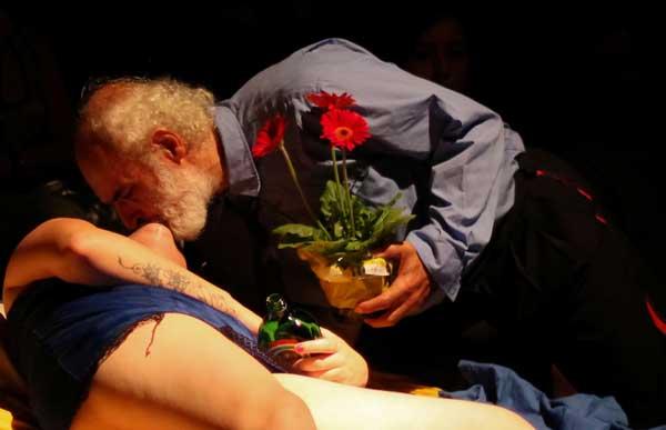 o escritor maldito charles bukowski tem vida e obra encenadas no teatro em porto alegre