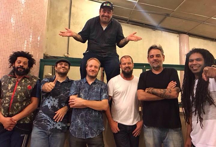 A banda Ultramen com Carlinhos Carneiro (acima), que dirigiu novo clipe
