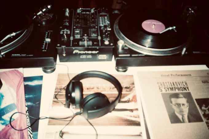 Grammy Awards 示意圖 // black corded headphones