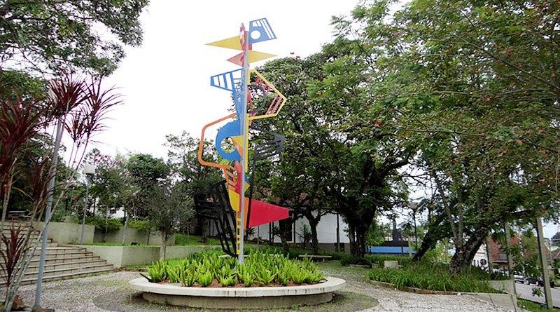 Vista da escultura de ferro projetada por Roberto Burle Marx, exposta na Praça Neldo Holler em Ivoti