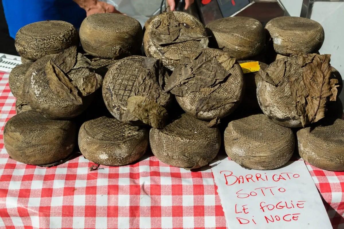 Quesos en el mercado de Cortona