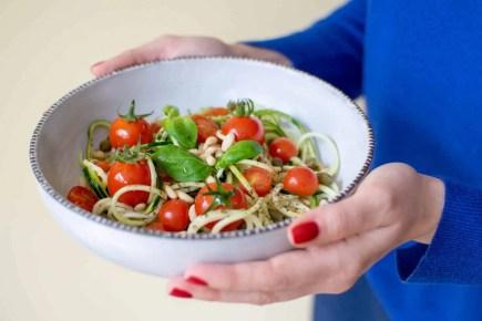 Ensalada de spaghetti de calabacín con piñones, tomates cherry y alcaparras
