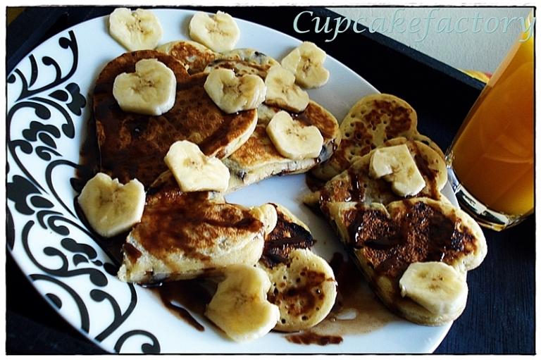 Bananowo-czekoladowe pancakes z bananowymi serduszkami