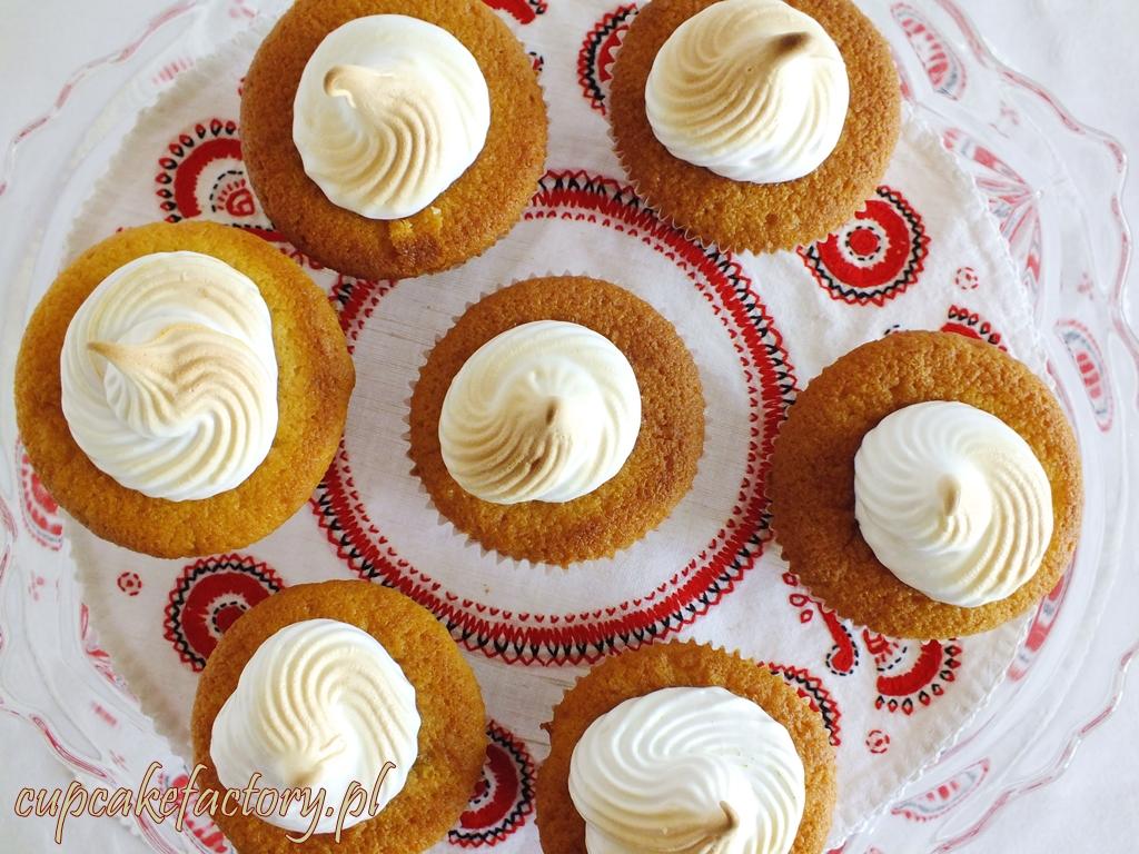 Cupcakes z rabarbarem i kremem bezowym