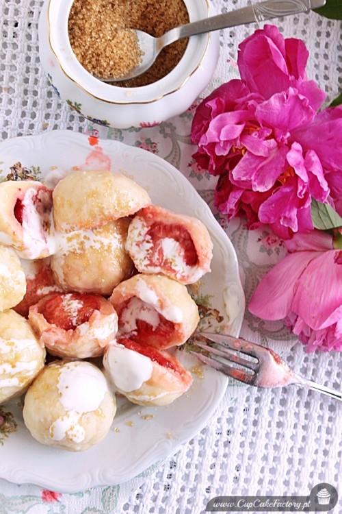 Knedle serowe z truskawkami