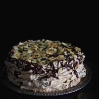 Bezowy tort migdałowo-kawowy