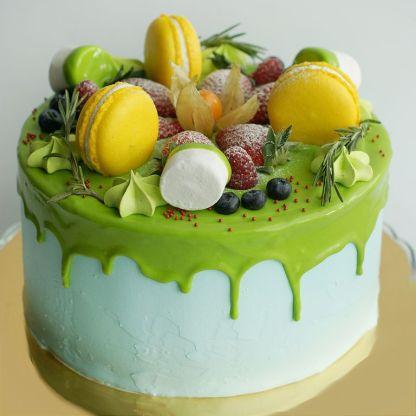 торт с ягодами и макарони