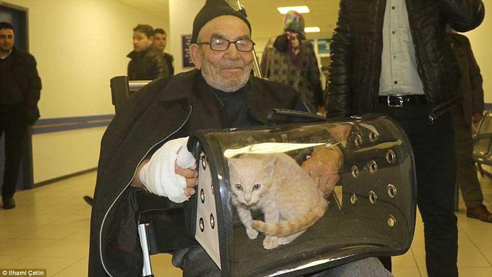 Batranul care isi imbratiseaza pisicuta in timp ce focul ii ardea intreaga locuinta