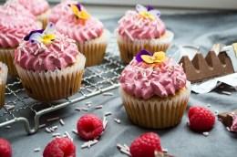 Cupcakes med toblerone og hindbær spiselige blomster