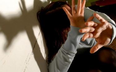 Lei denuncia uno stupro, il padre difende i suoi stupratori